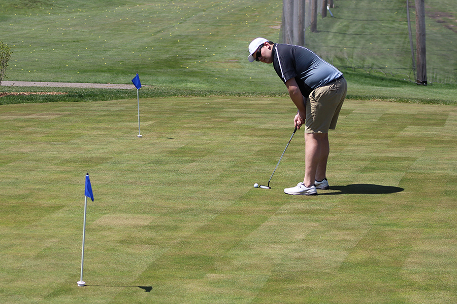 Senior+Zach+Hatcher+sets+up+for+a+putt+on+the+practice+green.+Boys%27+golf+captain+Billy+Nicholls+said+the+team+needs+work+on+their+putts+during+matches.+