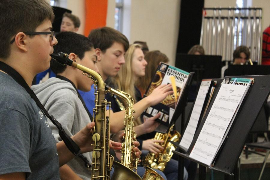 Freshman+Henry+Hein+takes+a+couple+minutes+to+practices+the+saxophone+before+partaking+in+a+group+rehearsal+of+the+piece+%22Courage.%22