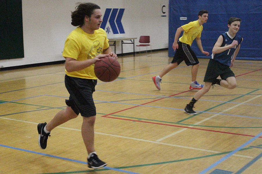 Sophomore+Gerald+Perelman+dribbles+the+ball+in+his+Jewish+Organized+Sports+League+game+Feb.+12.+His+team+lost+the+game+67-30.