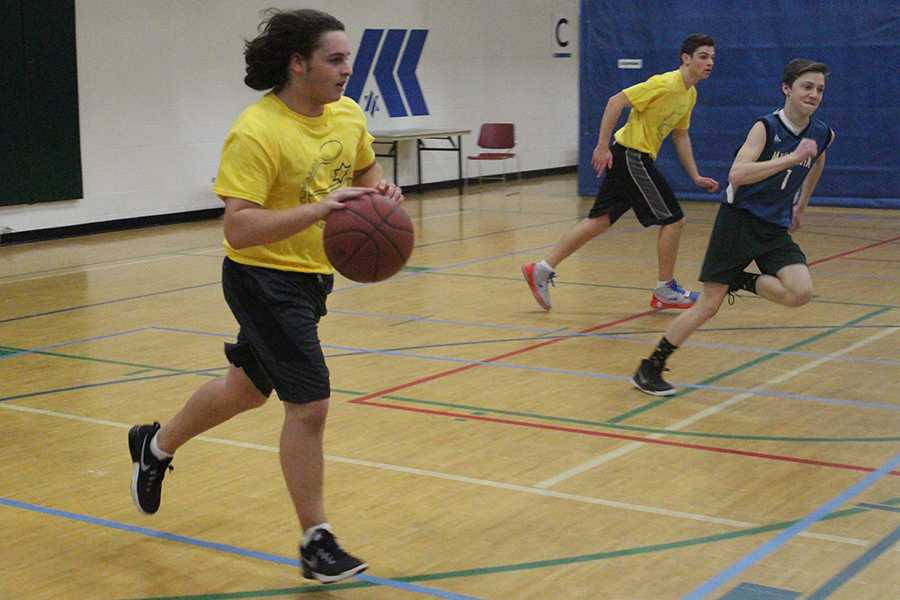 Sophomore Gerald Perelman dribbles the ball in his Jewish Organized Sports League game Feb. 12. His team lost the game 67-30.