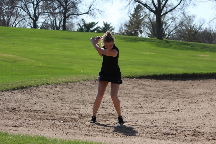 Junior+Anika+Hanson+hits+a+shot+while+standing+in+a+sand+trap+during+her+match.+The+match+took+place+at+Dwan+golf+course+April+4.