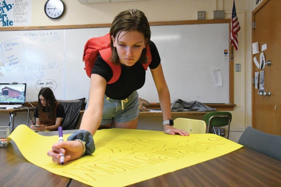 Senior web editor Rosie Colacino works on a poster advertising Echowan distribution day during her fifth hour class. Distribution day will be May 30 and 31 outside the auditorium. recipients must present student identification or a receipt.