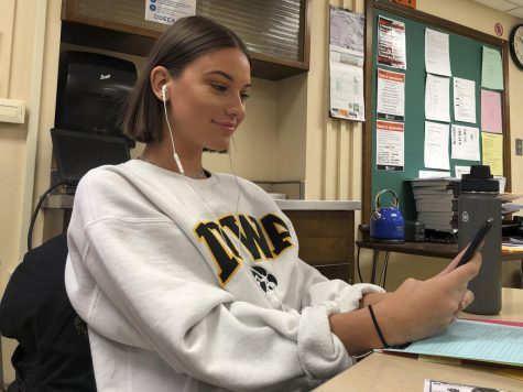 Senior Violet Huber listens to music while in advisory. According to Huber, her favorite genre is hip-hop and rap.