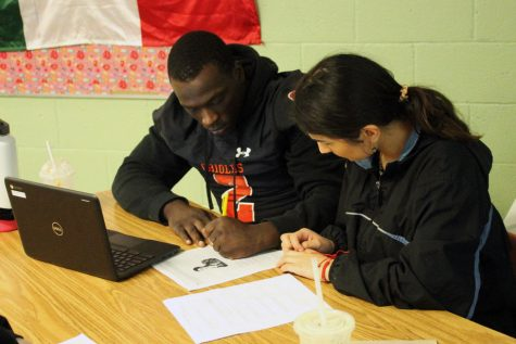Seniors Lauren Joyce and Tobyous Davenport do class work during first hour. NTA takes place 1st-4th hour every day in B131.