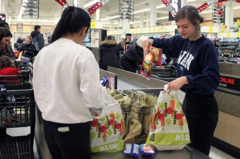 Echowan Editor-in-Chief and senior Sarah Wojtasiak bags a customer's groceries Jan. 19 at Cub Foods during a Echowan fundraiser. Echowan has been attempting to raise money to buy yearbooks that they can give away to seniors who can't afford one.