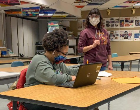 Art teacher Angela Jacob talks to a student during an asynchronous class Feb. 23. The Echo Editorial Board is in favor of keeping Park's current schedule and believes switching to a fully synchronous schedule would be unhelpful to students.